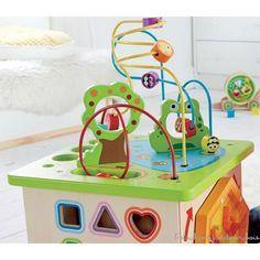 Cube multi activités géant Country Critters : En bois robuste, décoré de peintures à l'eau, non toxiques, il résistera à des années de jeu. Dimensions du cube : 35 x 35 x 49.7 cm. Normes CE.