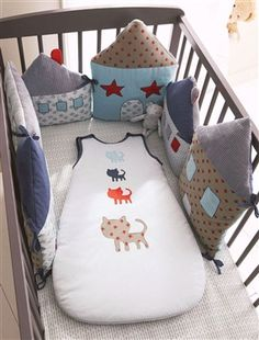 cushions attached togeter for a cot bumper. When baby grows bigger they become individual cushions Sewing For Kids, Baby Sewing, Diy For Kids, Quilt Baby, Baby Bedroom, Kids Bedroom, Cot Bumper, Baby Bumper, Ideias Diy