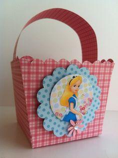 Cestinha de papel de scrap    Desenvolvemos em outras cores e temas também  Consulte-nos opções de doces para o interior da cestinha  Pedido mínimo 10 unidades R$ 4,60