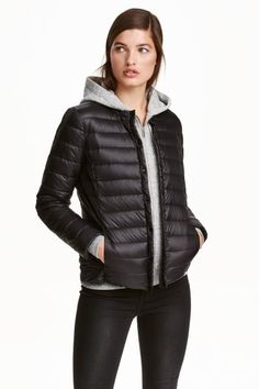 Thin down jacket: PREMIUM QUALITY. Lightweight, fitted down jacket with a small stand-up collar, press-studs down the front, concealed side pockets and concealed narrow elastication at the cuffs and hem. Lined. Filling 80% down and 20% feathers. The jacket comes in a matching storage bag. Size of bag 8.5x18 cm.