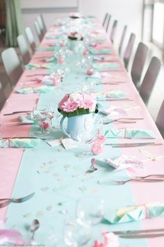 Deco pastel bapt me fille bouquet de fleur centre de table dans arrosoir mint et rose gerbera et - Idee deco table bapteme fille ...