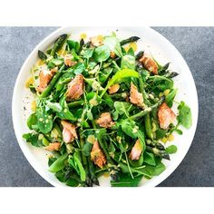This smoked salmon and asparagus salad is perfect for an impressive lunch. It's quick to prepare and tastes fantastic.