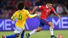 Sanchez (r.) enteilt Marcelo http://www.focus.de/sport/fussball/wm-2018/heimpleiten-bei-wm-quali-auch-argentinien-und-brasilien-blamieren-sich_id_5001883.html