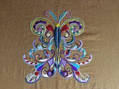 Création de Viviane GOALEN  d'un papillon brodé  au fil de soie en GLAZIG