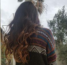 Jeder verliert Haare. Wenn du ein paar Haarsträhnen auf dem Boden im Badezimmer siehst, muss es nicht gleich bedeutet, dass es einen Grund zur Sorge ist. Es ist normal, etwa 50-100 Haare pro Tag zu verlieren. Aber wenn du kahle Stellen oder übermässiges Ausdünnen bemerkst, könnte es Haarausfall bede