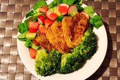 Auf Marias Teller lagen beim Abendessen Salat, Brokkoli und gebratener Tempeh.