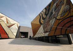La Tallera - museu com murais de David Siqueiros na fachada - o imóvel foi casa e estúdio do artista  Em Cuernavaca, Morelos, México  Arquiteta: Frida Escobedo  Veja o site do museu no link abaixo:  http://www.sic.gob.mx/ficha.php?table=museo_id=1041  Veja a biografia de Siqueiros no link abaixo:  http://pt.wikipedia.org/wiki/David_Siqueiros