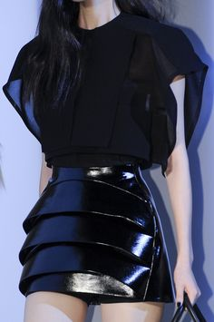 Thierry Mugler at Paris Fashion Week Spring 2013 - Details Runway Photos Fashion Week Paris, Runway Fashion, Fashion Outfits, Fashion Trends, Fashion Weeks, London Fashion, Haute Couture Style, Couture Mode, Dark Fashion