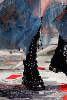 Alexander McQueen Spring 2017 Ready-to-Wear Accessories Photos - Vogue Sock Shoes, Shoe Boots, Alexander Mcqueen, Mode Rock, New Shape, Fashion Seasons, Mannequins, Me Too Shoes, Dame