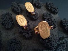 Todo el misterio de los simbolos del antiguo Ceilan se traducen en estas piezas con granates y chapado oro Cufflinks, Jewellery, Personalized Items, Creative, Earrings, Accessories, Garnet, Sheet Metal, Gold