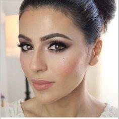 Uma maquiagem para olhos castanhos esfumada é a melhor pedida para qualquer estilo de casamento.
