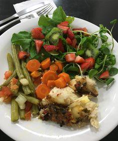 Comida de verdade, vc vê por aqui!!! 🙏🏻🌿🍃🥕🍓🥝🐟🙏🏻 Almoço de hoje tem 👉🏻 Saladinha de rúcula, agrião com pedacinhos de morango e kiwi, vagem e cenoura cozida e pintado assado!!! #DOMINESUAMENTE