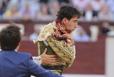DIARIO EL PAÍS: El diestro malagueño ha caído al suelo durante la faena y el toro de Salvador Domecq lo ha levantado violentamente con su asta. 15.05.15