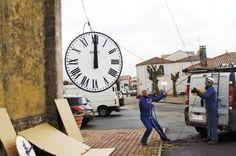 02/2013 - Gujan-Mestras, installation d'un cadran d'horloge Bodet à l'église Saint Maurice. http://www.sudouest.fr/2013/02/14/une-nouvelle-horloge-pour-saint-maurice-965751-2904.php