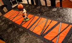 Quilt Inspiration: Free Pattern Day: Halloween Table Halloween, Halloween Table Runners, Halloween Sewing, Halloween Table Decorations, Halloween Ribbon, Easy Halloween, Halloween Crafts, Halloween Runner, Halloween Placemats