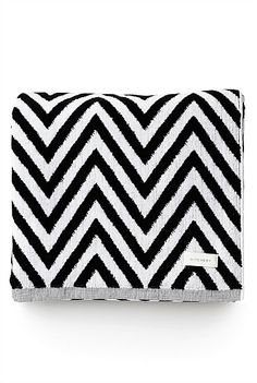"Zig Zag Beach Towel - hope the children see this - ""hint, hint"" :-) Dark Fashion, Fashion Fashion, Black And White Love, Chevron Patterns, Christmas Wishes, Christmas Ideas, Xmas Party, Bead Crafts, Zig Zag"