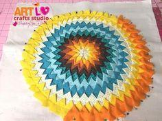 Veja agora mesmo como fazer um jogo americano com bicos de tecido. Muito lindo e chamativo, você vai amar esse artesanato com tecido. Patchwork Cushion, Patchwork Patterns, Patchwork Bags, Quilt Patterns, Fabric Crafts, Sewing Crafts, Sewing Projects, Puffy Quilt, Star Cushion