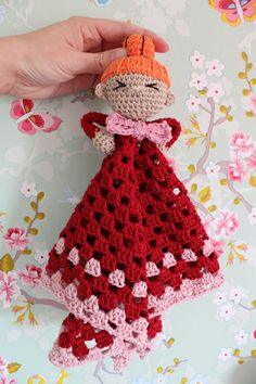 I really NEED to crochet this adorable baby blanket! kungen & majkis: Virkad Lilla My-snuttefilt. Crochet Security Blanket, Crochet Lovey, Crochet Dolls, Crochet Yarn, Free Crochet, Knitting For Dummies, Crochet For Kids, Yarn Crafts, Baby Knitting