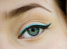 make your eyes pop! cat eye eyeliner with blue metallic