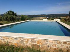 Per integrare la piscina esteticamente nell'ambiente agricolo, abbiamo scelto un aspetto sobrio ed essenziale.