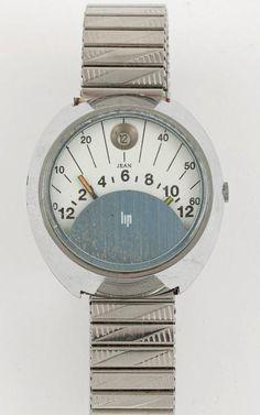 LIP DOUBLE RETROGRADE VERS 1970 Rare montre bracelet en métal chromé. Boîtier tonneau. Cadran blanc avec affichage des heures et minutes rétrogrades, dateur à midi. Mouvement automatique. Cadran, boîtier et mouvement signés. Diamètre: 36 mm