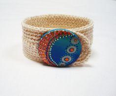 Pulsera de crochet, con botón pintado a mano http://calpearts.blogspot.com.es/p/botones.html