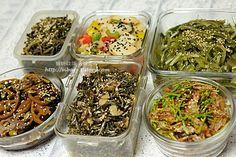 오늘은 여러분들의 일주일 반찬걱정을 확~~덜어 드릴게요. 주말을 이용하여 일주일 동안 먹을 알뜰하고 건강식 밑반찬 7가지를 만들었어요 나물은 기본~~ 노화예방은 물론 단백질을 보충시켜 줄 검정콩조림도 하였.. K Food, Nutrition Program, Group Meals, Healthy Salads, Korean Food, Food Presentation, Health Diet, Food Truck, How To Lose Weight Fast