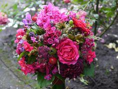 Gaia - bloemdesign met hart en ziel - Photo Gallery; #zomerbruidsboeket in rood/fuchsia/paarstinten