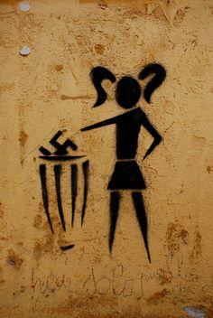 RIGHT ON! Grafite de rua no bairro de Trastevere, Roma Itália. Veja também: http://semioticas1.blogspot.com/2011/07/arte-do-grafite_15.html .