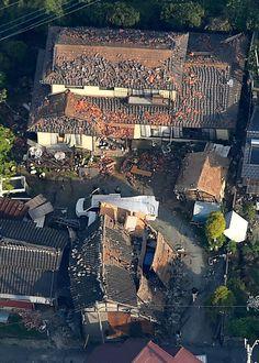 震度7の益城町、川の一部黄土色に  15日朝、被災地の上空を本社ヘリから取材した。  震度7を観測した熊本県益城町役場の駐車場にはブルーシートが敷かれ、数百人が避難していた。役場のすぐそばが被害の大きい木山・安永の両地区だ。屋根の瓦が落ち、激しく倒壊した数多くの民家や、1階部分が押しつぶされたアパートと見られる建物が見え、救助作業をする人の姿が確認できた。