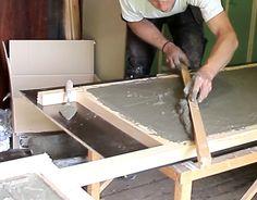 Med hjälp av en planka kan du jämna till det som blir undersidan av betongskivan.
