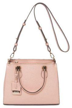 54f726991 A bolsa marrom Schutz é produzida em material tecnológico, possui modelo  tiracolo, bolso interno