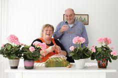 Vader en dochter achter de geraniums. concept: Denkbeelden van yvette van der does 2010, photo: Jeroen Niezen.