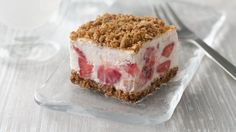 Frozen Strawberry Crunch Cake - A creamy frozen treat made with fresh strawberries and topped with crunchy Nature Valley™ granola bars. Easy to make and perfect for a hot summer day! Frozen Desserts, Frozen Treats, Fun Desserts, Delicious Desserts, Food Cakes, Cupcake Cakes, Cupcakes, Strawberry Crunch Cake, Cake Recipes