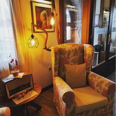 Relax in our lobby. #hotelrodovoli #hotels #konitsa #konitsahotels #epirus #greece #visitgreece #tourism #travel #greece🇬🇷 #grecia #hotellobbydesign #hotellobby #painting #lamps #lightingdesign #chairs #relaxation