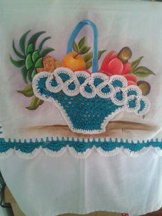 Pano de prato pintado a mão com a barra e  cesta de crochê