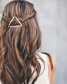 Quem disse que os grampos servem apenas para prender o cabelo? Olha como eles deram um destaque incrível ao penteado. #hairstyles