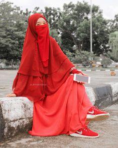 Hijab Dp, Hijab Niqab, Blue Background Images, Blue Backgrounds, Dp For Whatsapp, Islamic Dua, Beautiful Hijab, Muslim, Red