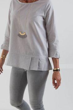 Blouse and Sleeve Hem Pleating Cotton Blouses, Shirt Blouses, Shirts, Blouse Styles, Blouse Designs, Hijab Fashion, Fashion Dresses, Outfit Elegantes, Diy Vetement