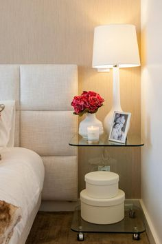 Suite do Casal_pormenor da mesa de cabeceira: Quartos modernos por Traço Magenta - Design de Interiores