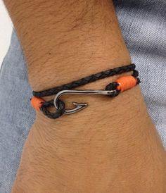 Pulseira unissex, com couro trançado na cor preto com detalhes em laranja, com 2 voltas no punho e fecho com anzol em banho grafite.