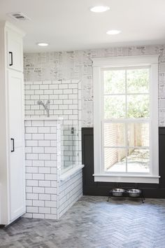 Fixer Upper: A First Home for Avid Dog Lovers Chip and Joanna Gaines help create an ideal forever home for a young couple and their canine family Fixer Upper, Chip Et Joanna Gaines, Veranda Design, Dog Washing Station, Douche Design, Dog Spaces, Ideas Hogar, Dog Rooms, Room Paint Colors
