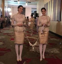 Dress Lace Hijab Style 35 Ideas Thai Traditional Dress, Traditional Outfits, Thai Wedding Dress, Wedding Bolero, Myanmar Dress Design, Bride Suit, Wedding Planer, Thai Dress, Dressy Dresses