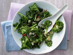 Asia-Grünkohl - mit Chili und Knoblauch - smarter - Kalorien: 62 Kcal - Zeit: 20 Min. | eatsmarter.de