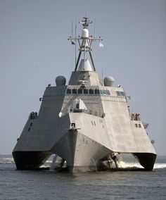 US Navy Littoral Combat Ship Independence (LCS the U. Navy's first trimaran littoral combat ship underway during builder's trials. Us Navy Ships, Cool Boats, Yacht Boat, United States Navy, Military Weapons, Panzer, Aircraft Carrier, Tall Ships, War Machine