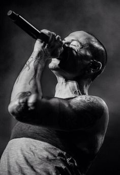 Beautiful Legend Chester Bennington ❤🤘 Your voice will always be home💙🎤🤘 Chester Bennington, Charles Bennington, Popular Music Artists, Best Portrait Photographers, Miss U So Much, Linkin Park Chester, Mike Shinoda, Black And White Portraits, Rest In Peace