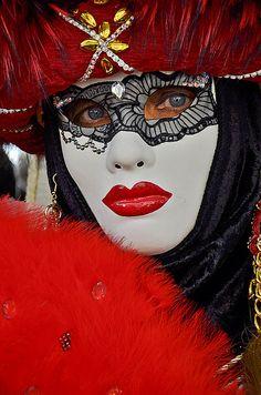 Vörös maszk a velencei karneválra www.velenceikarneval.hu