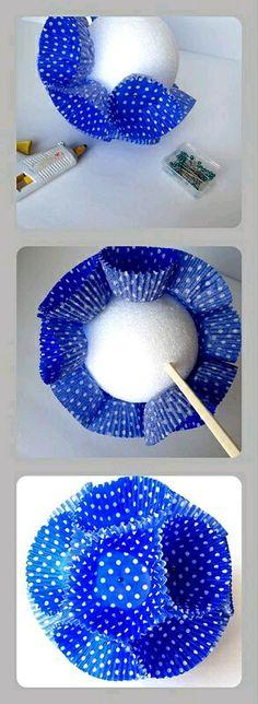 Haz unas bellas bolas decorativas usando capacillos de papel