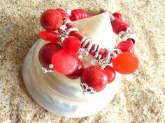 Pulsera Taurere. Coral. Pulsera de cuero rojo, nudos y entrepiezas con baño de plata. El centro lo componen nueve gemas, coral y ágatas en color rojizo. Todas, engarzadas con hilo en plata de ley.