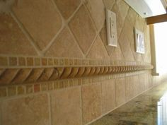 Backsplash - Love the different size travertine tile used along with the rope deco! Travertine Tile Backsplash, Backsplash Cheap, Beadboard Backsplash, Hexagon Backsplash, Mirror Backsplash, Tile Countertops, Herringbone Backsplash, Kitchen Redo, Kitchen Backsplash